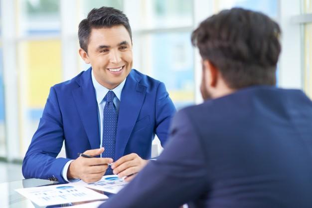 agradable-reunion-entre-hombres-de-negocios_1098-244