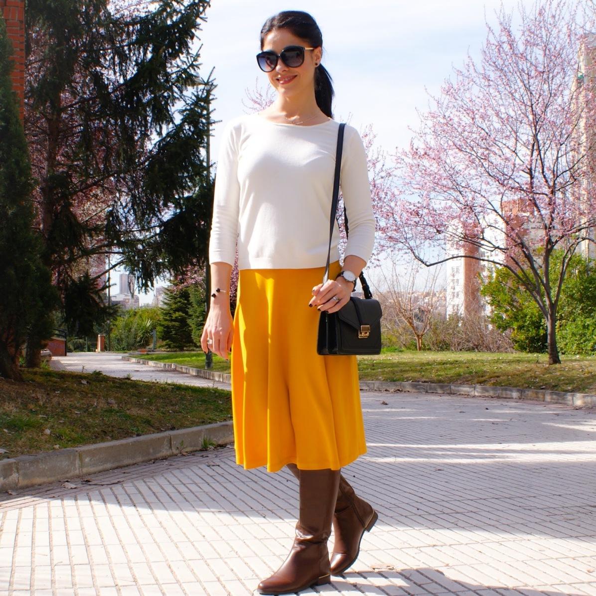 la-caprichossa-blog-de-moda-invierno-2015-style-outfit-total-look-falda-midi-botas-altas-06