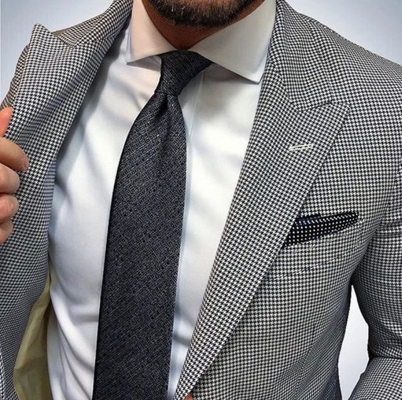 Traje gris de cuadros y corbata negra
